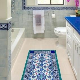 Узкая ванная комната с окном в торцевой стене