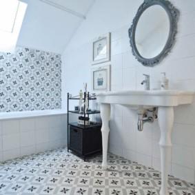Интерьер ванной комнаты в мансарде частного дома