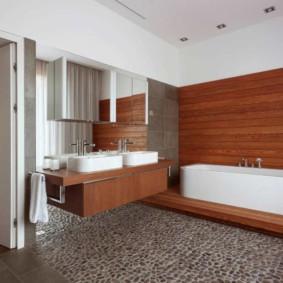 Белая акриловая ванна на деревянном подиуме