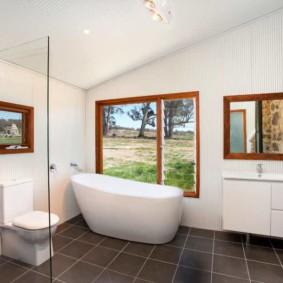Дизайн ванной комнаты с окном в стене