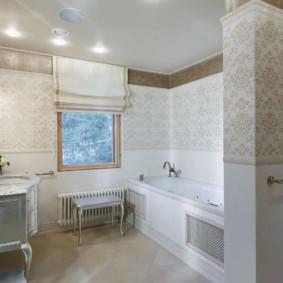 Римская штора на окне ванной комнаты
