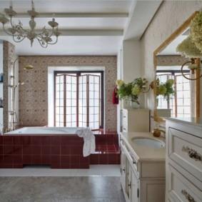 Ветки гортензии с бутонами цветов в ванной комнате