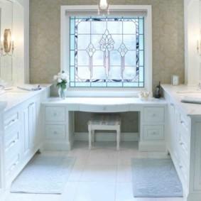 Ванная комната с туалетным столиком возле окна