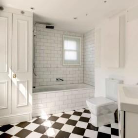 Шкаф с филенчатыми дверцами в ванной комнате