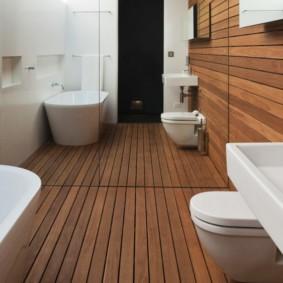 Тиковые рейки на полу в ванной комнате