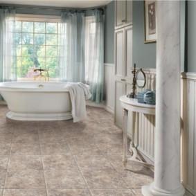 Античная колонна в интерьере ванной