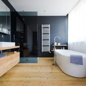 Белая акриловая ванна на дощатом полу