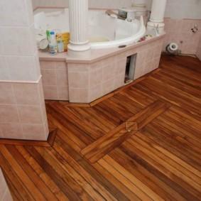 Деревянный пол ванной в классическом стиле