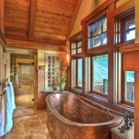 Медная ванна в доме из дерева
