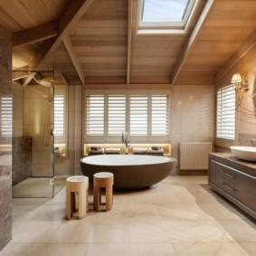 Интерьер просторной ванной комнаты в деревенском доме