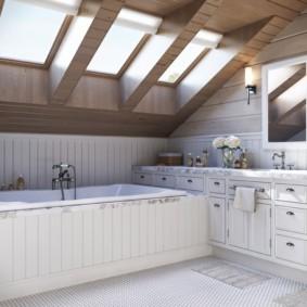 Светлая ванная комната в мансарде дачного дома