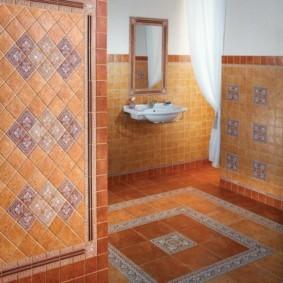 Панно из мозаики на полу в ванной