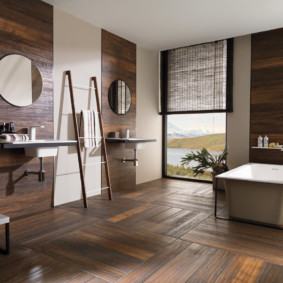 Паркетный пол в ванной с большим окном