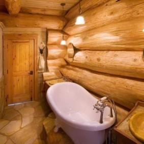 Акриловая ванна вдоль бревенчатой стены
