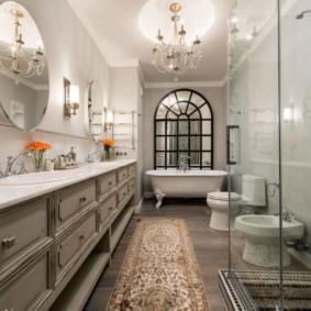 Длинная ванная с люстрой на потолке
