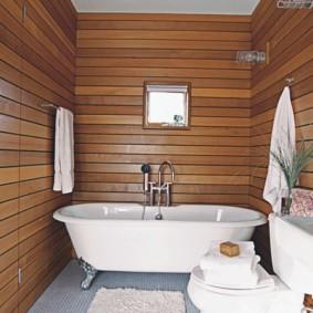 Рейки на стене ванной комнаты в загородном доме