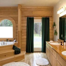 Угловая ванна на подиуме из дерева