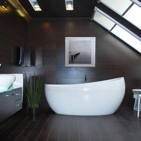 Белая ванна в комнате с темными стенами