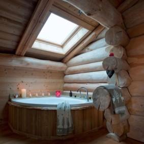 Квадратное окно над угловой ванной