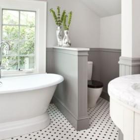 Напольный унитаз за перегородкой в совмещенной ванной комнате