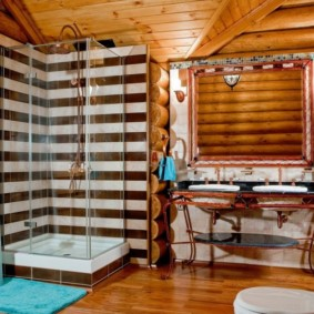 Угловая душевая кабинка с ограждением из стекла