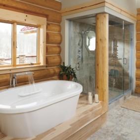 Акриловая ванна возле бревенчатой стены