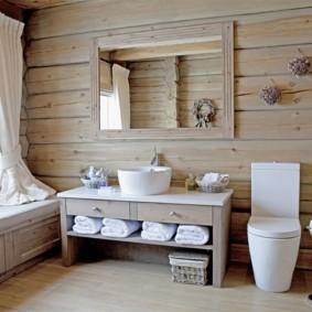Ванная комната с диванчиком около окна