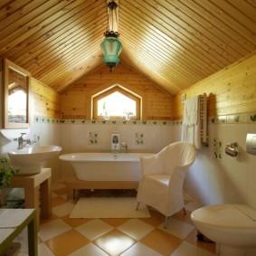 Обшивка потолка ванной комнаты сосновой вагонкой