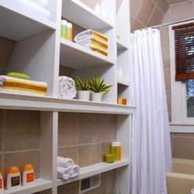 Открытый стеллаж для хранения вещей в ванной комнате
