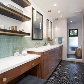 Дизайн ванной комнаты с полками из ДСП
