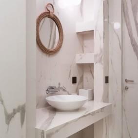 Ниши в ванной с отделкой из мрамора