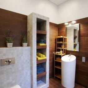 Встроенные полки в современной ванной