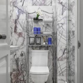 Мраморная плитка в маленьком туалете