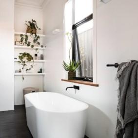 Ванная комната с окном в стене