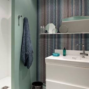 Узкая полочка над раковиной в ванной