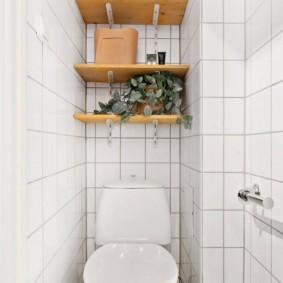 Узкий туалет с деревянными полочками