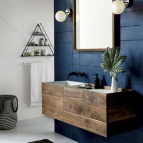 Деревянная тумба в ванной с синими стенами