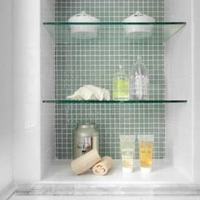 Туалетные принадлежности на стеклянных полочках