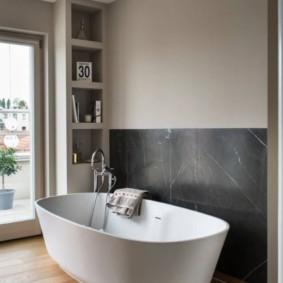 Белая ванна из акрила в комнате с деревянным полом
