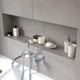 Ниша над ванной с отделкой керамической плиткой