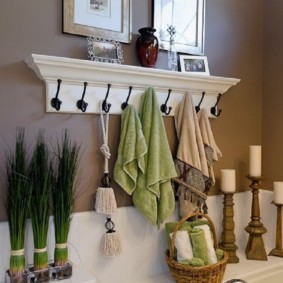 Деревянная вешалка с крючками для полотенец