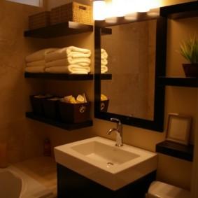 Настенные светильники над зеркалом в ванной