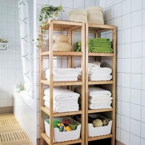 Махровые полотенца на деревянных полочках