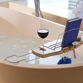 Стильная полочка на бортиках ванной