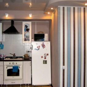 Полосатые обои в комнате с низким потолком