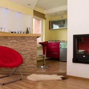 Красное кресло возле барной стойки