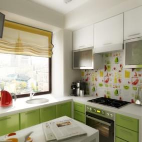 Римская штора на кухне с мойкой у окна
