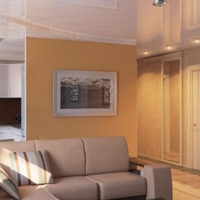 Блестящая поверхность натяжного потолка