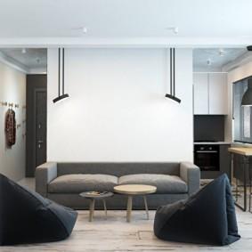Бескаркасные кресла на полу в гостиной