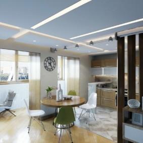 Голубой потолок с белыми полосами